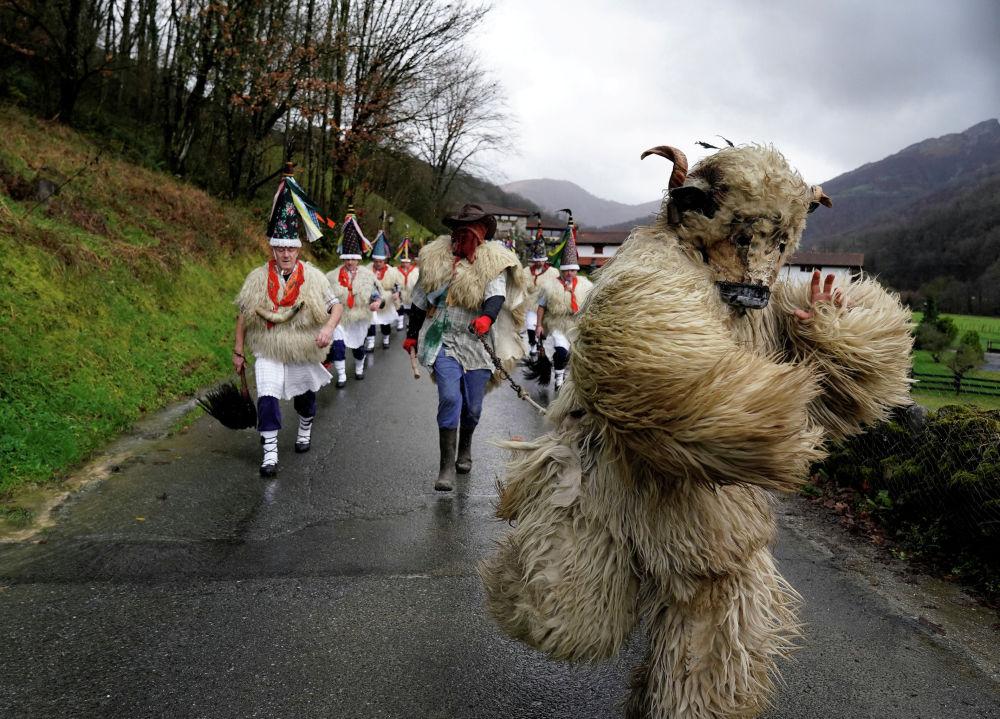 Весна идет! Весне дорогу! — могли бы напевать жители испанских деревушек Итурен и Субиета, в конце января традиционно вышедшие в нетривиальных нарядах на изгоняющий злых духов карнавал.