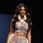 Индийская актриса Malavika Mohanan демонстрирует творение дизайнера Ereena.