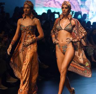 Модель демонстрирует творение дизайнера Rajdeep Ranawat на индийской неделе моды в Мумбаи