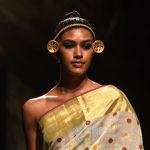 Модель демонстрирует творение дизайнера Anka на индийской неделе моды в Мумбаи