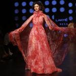 Дизайнеры Gauri и Nainika в своей новой коллекции широко используют легкий газ и шифон.
