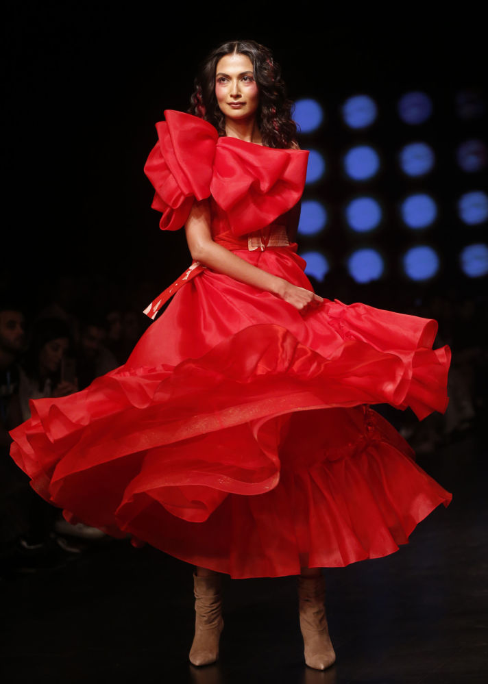 Классика — женщина в красном.
