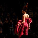Атласный костюм дизайнеров Gauri и Nainika