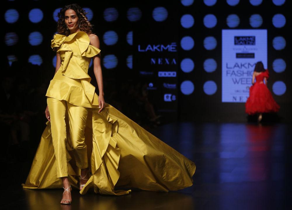 Соединить не сочетаемое – платье-брюки  дизайнеров Gauri и Nainika.