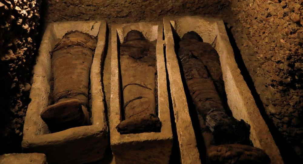 Три гробницы с каменными саркофагами на древнем кладбище, обнаруженном египетские археологами в районе Туна эль-Габаль в провинции эль-Минья в центральной части Египта.