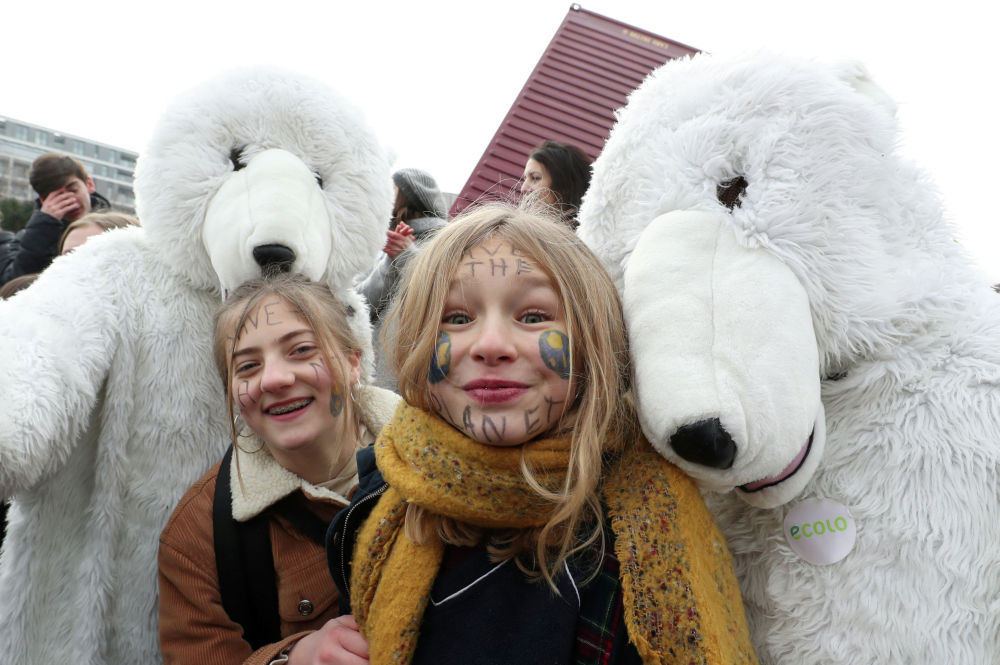 Участники акции протеста, требующие принять срочные меры борьбы с изменением климата, в центре Брюсселя, Бельгия
