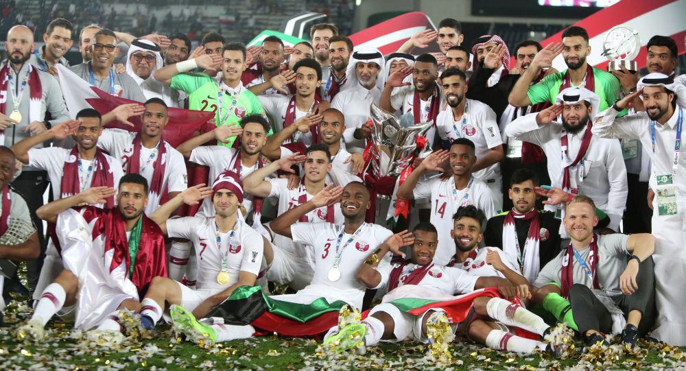 Футболисты сборной Катара празднуют победу в финале Кубка Азии по футболу в ОАЭ. 1 февраля 2019 года