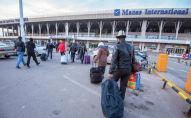 Пассажиры в аэропорту Манас. Архивное фото