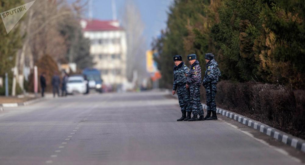Манас аэропортунда милиция кызматкерлери.Архивдик сүрөт