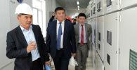 Сооронбай Жээнбеков осматривает ход модернизации ТЭЦ города Бишкек 15 августа 2016 года. Архивное фото
