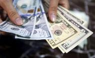 Долларовые банкноты в руках человека. Архивное фото