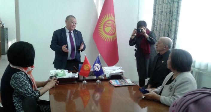 Акыйкатчы Токон Мамытов вручил двоим кыргызстанцам медали омбудсмена Акыйкат за заслуги перед обществом
