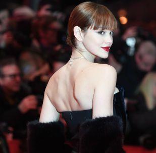 Актриса Эмилия Шуле на красной дорожке церемонии открытия 69-го Берлинского международного кинофестиваля Берлинале - 2019.