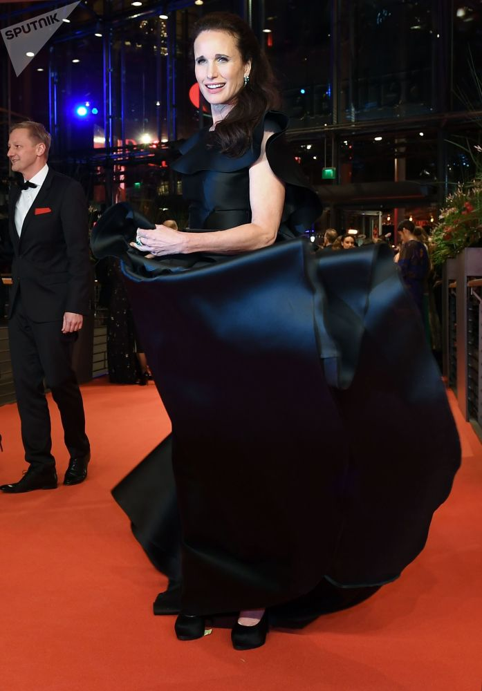 Актриса Энди МакДауэлл на красной дорожке церемонии открытия 69-го Берлинского международного кинофестиваля Берлинале - 2019.