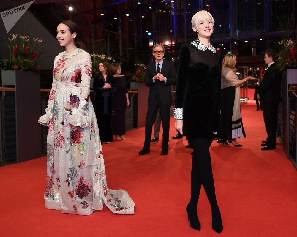 Актрисы Зои Казан (слева) и Андреа Райзборо на красной дорожке церемонии открытия 69-го Берлинского международного кинофестиваля Берлинале - 2019.