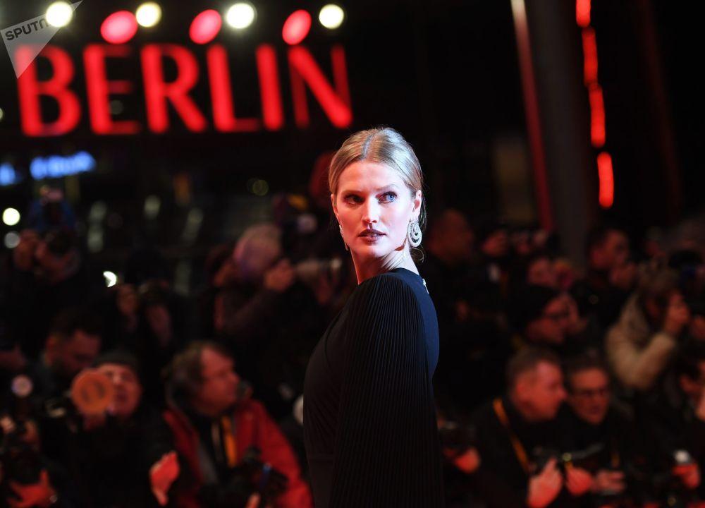 Немецкая модель Тони Гаррн на красной дорожке церемонии открытия 69-го Берлинского международного кинофестиваля Берлинале - 2019.