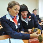 Будущие стюардессы на занятиях по безопасности во время прохождения подготовки