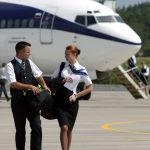 Стюард и стюардесса у самолета в новом авиационном транзитном терминале в Калининграде