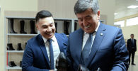 Президент Сооронбай Жээнбеков и руководитель ОсОО Империал групп Ко Улугбек Маликов в заводе по производству обуви в Сокулукском районе