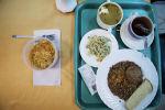 Поднос с едой. Архивное фото