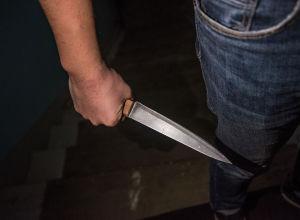 Мужчина с ножом в руке. Иллюстративное фото