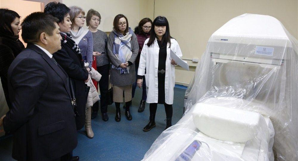 Вице-премьер-министр Кыргызской Республики Алтынай Омурбекова посетила отделения маммологии, абдоминальной и торакальной хирургии, также помещения 1-го и 2-го отсека радиологического корпуса Национального центра онкологии и гематологии после капитального ремонта.