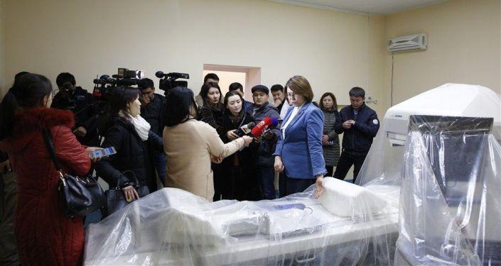 Вице-премьер-министр КР Алтынай Омурбекова посетила отделения маммологии, абдоминальной и торакальной хирургии