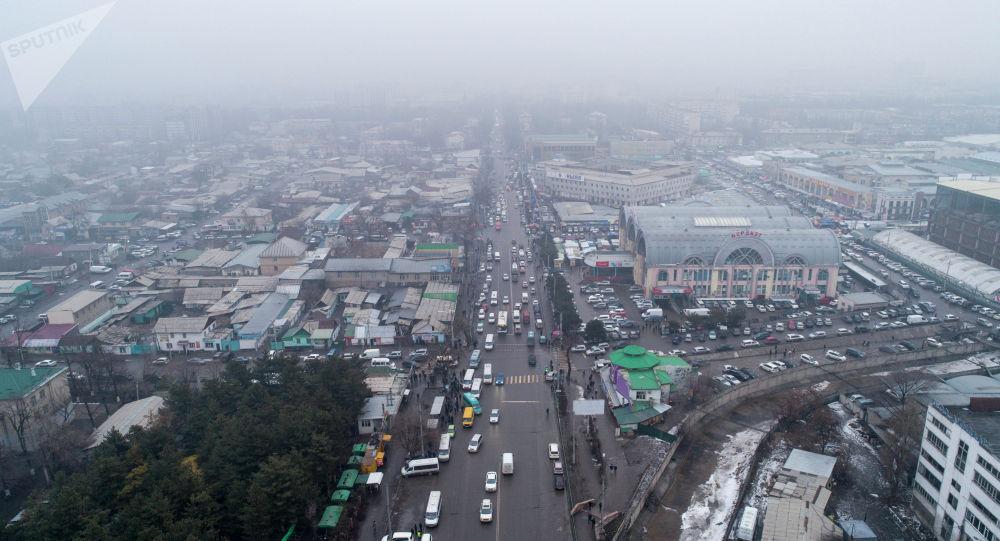 Автомобильный транспорт на проспект Чуй в районе Ошского рынка в Бишкеке. Архивное фото