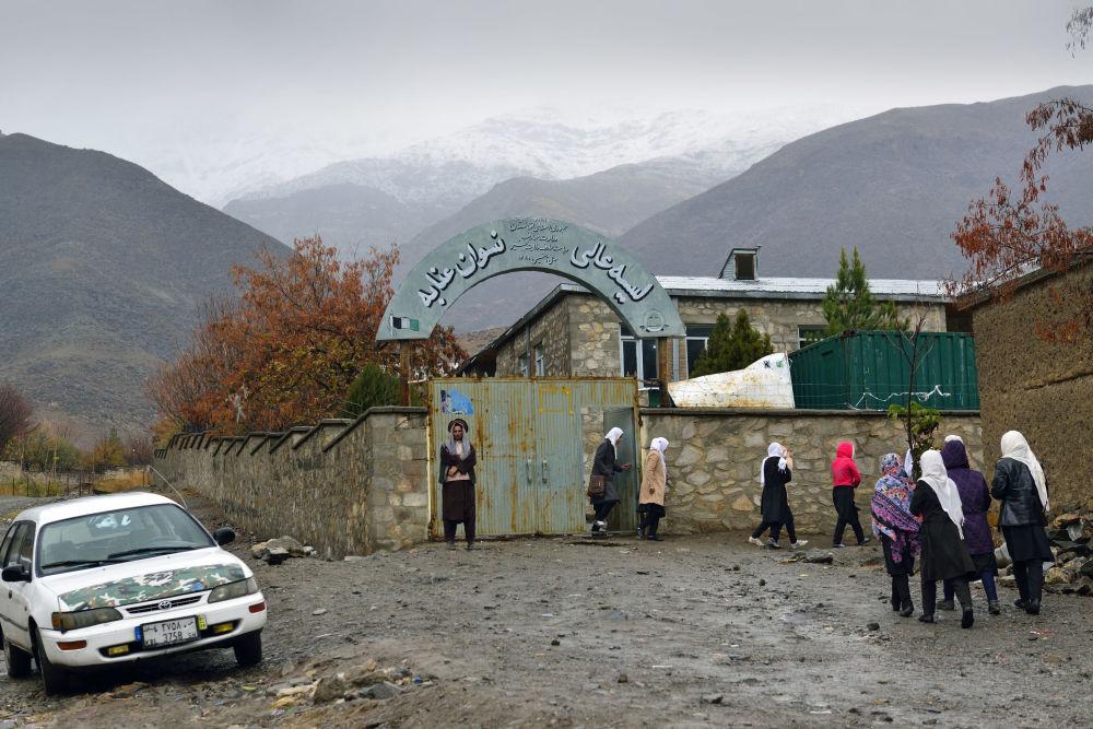 Школа для девочек в городе Базарак (Панджшерское ущелье)