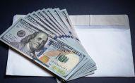 Конверт и долларовые купюры. Архивное фото