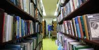 Книги на полке библиотеки. Архивное фото