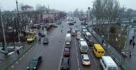 Автомобили на перекрестке улиц Чуй и Фучика в Бишкеке. Архивное фото