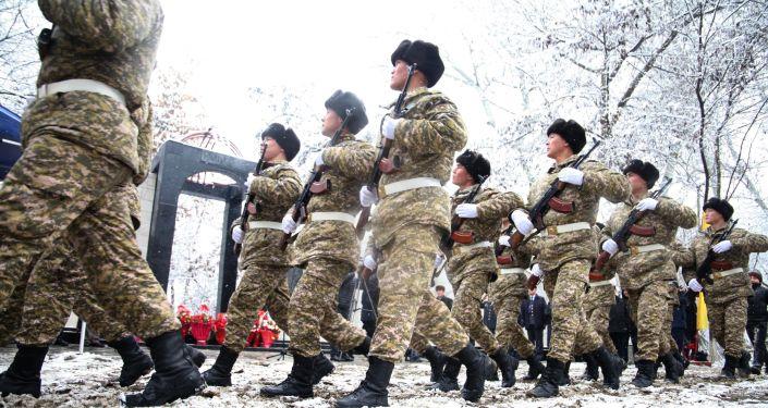 От имени мэрии Ош и городского кенеша вручены почетные грамоты ветеранам войны и материальная помощь родственникам погибших воинов.