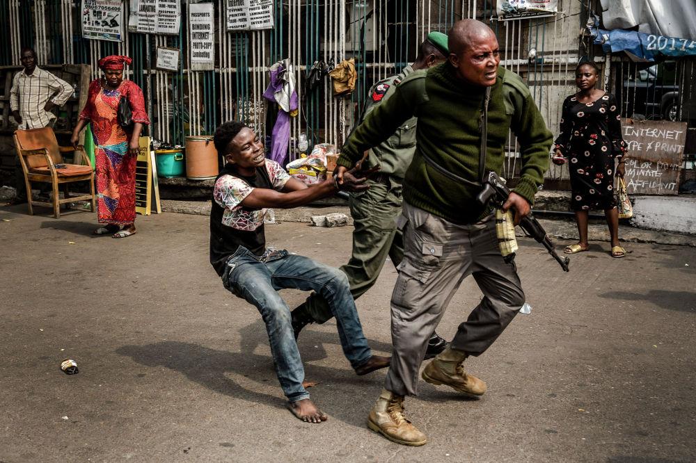 Работа нигерийской полиции в Лагосе