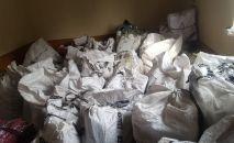 Обнаруженные мешки с контрабандным товаром  на границе Кыргызстана и Узбекистана