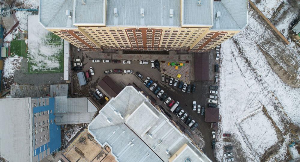 Автомобили припаркованные в одном из дворов Бишкеке. Архивное фото