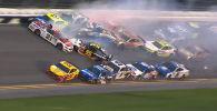 На этапе высшего дивизиона американской гоночной серии NASCAR во Флориде ошибка одного из пилотов привела к столкновению 20 машин, вызвав эффект домино.