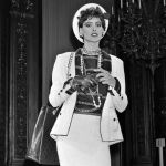 Инес Летиция Эглантин Изабель де Сейнард де ля Фрессанж показывает платье из новой коллекции Chanel, 1984 год