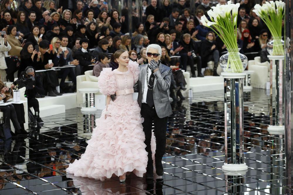 Лили-Роуз Мелоди Депп и Карл Лагерфельд в Париже в 2007 году