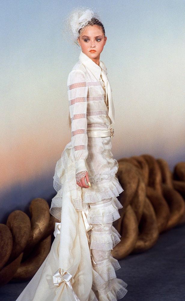 Девон Аоки демонстрирует свадебное платье из коллекции Chanel в 2001 году