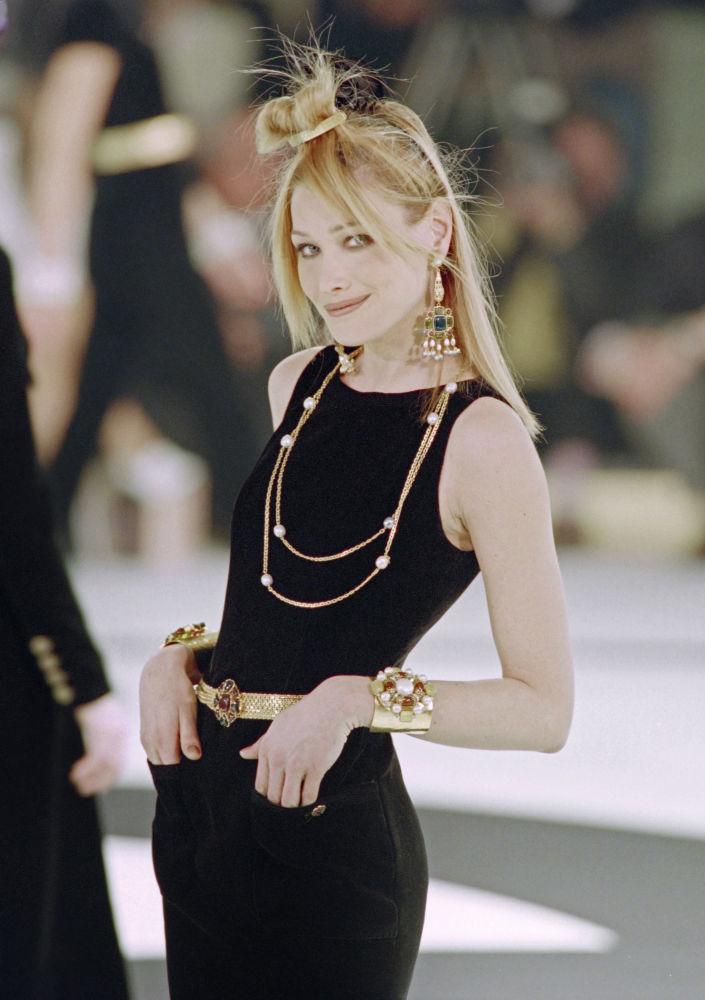 Карла Бруни (Саркози) в платье от Карла Лагерфельда, 1996 год