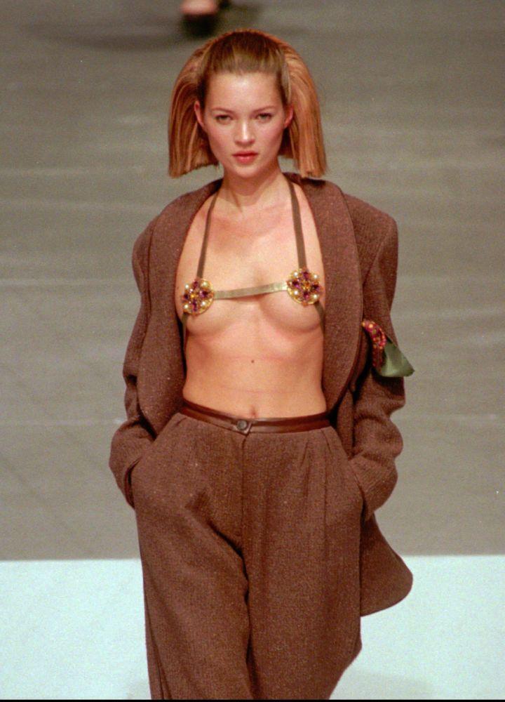 Британская топ-модель Кейт Мосс на показе Chanel в 1997 году