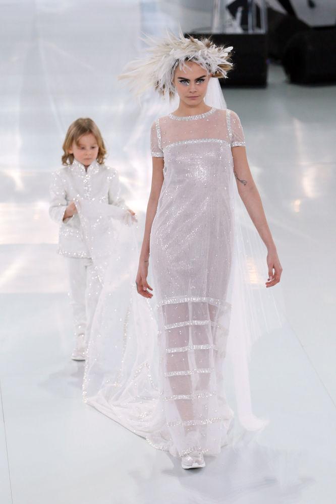 Крестник Лагерфельда Хадсон Кроэниг и модель Кара Делевинь представляют коллекцию Chanel в 2014 году