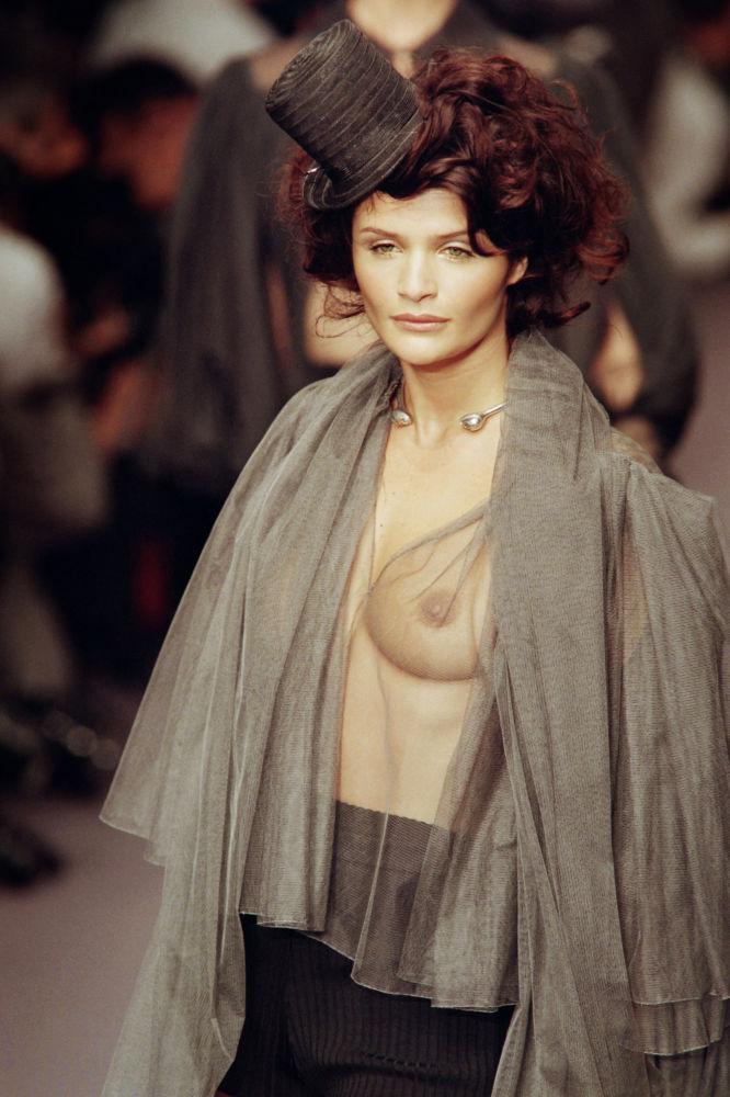 Хелена Кристенсен на показе Лагерфельда в Париже, 1995 год