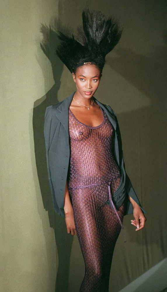 Наоми Кэмпбелл в вечернем платье на показе коллекции Лагерфельда в 1996 году
