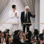 Карл Лагерфельд выражает признательность публике вместе с моделью Кендалл Дженнер