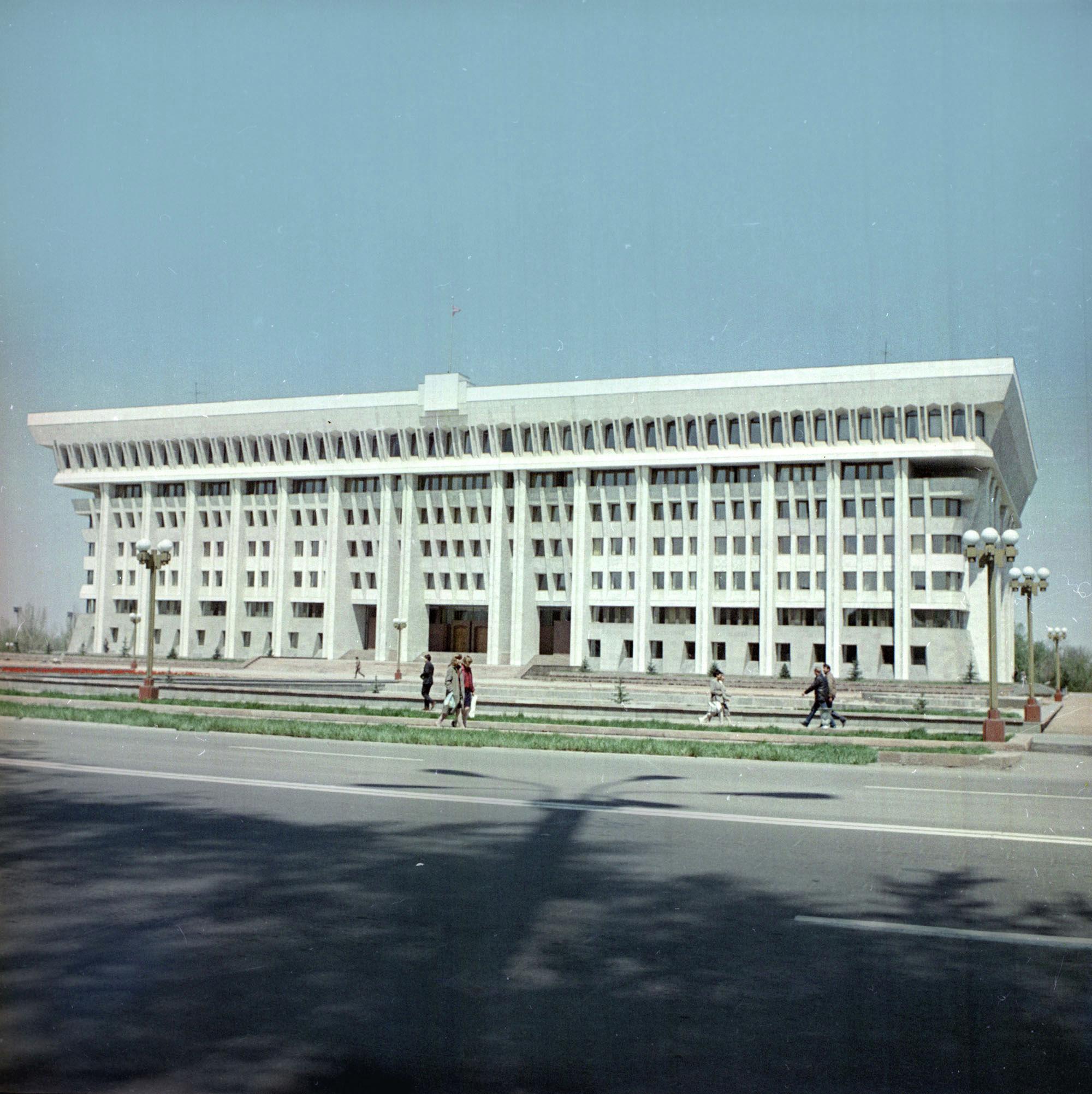 Мало кто помнит времена, когда Белый дом в центре Бишкека не был окружен забором.