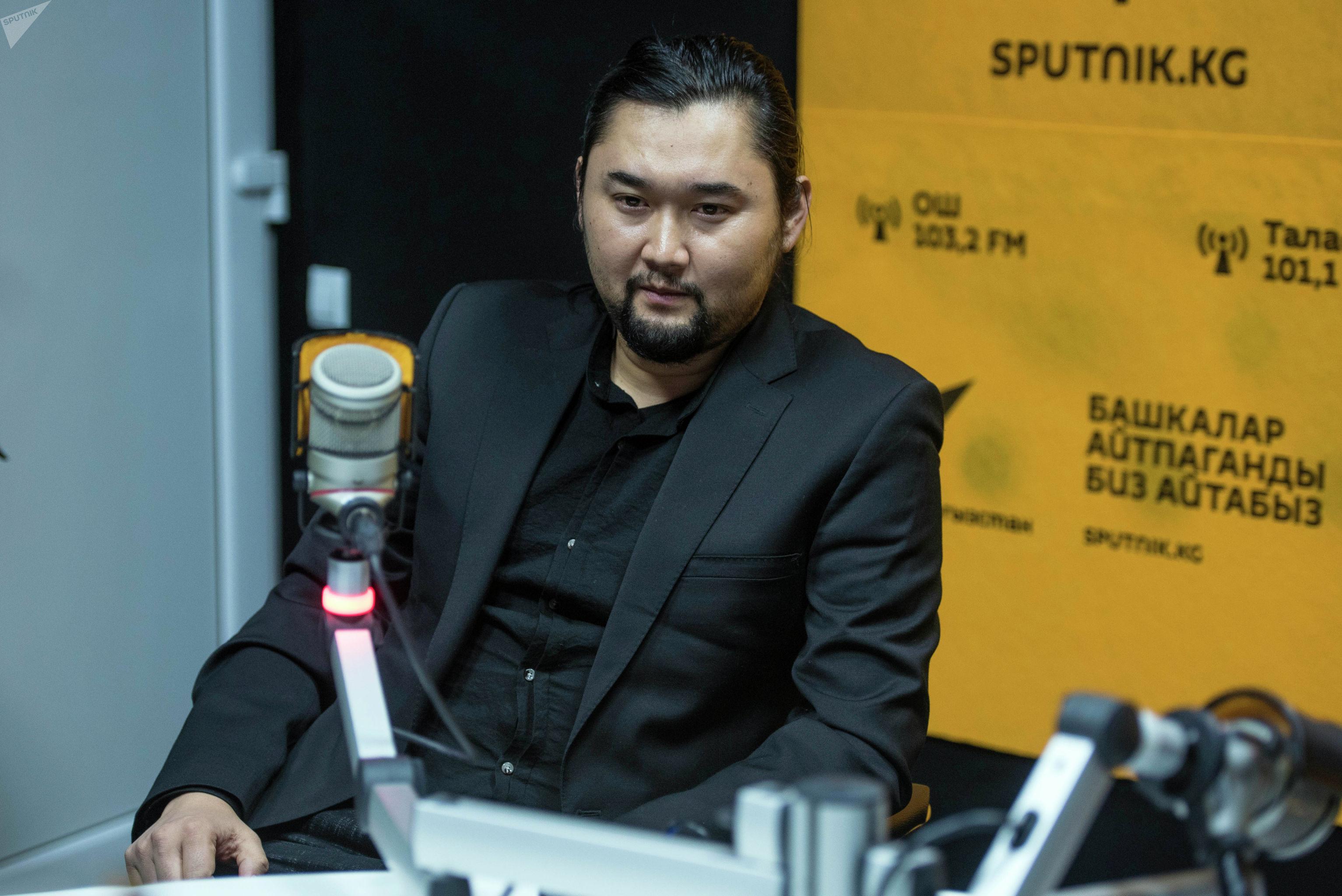 Актер Элчоро Курман во время беседы на радио