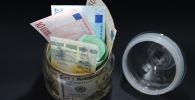Купюры разного номинала и разной валюты в банке. Архивное фото