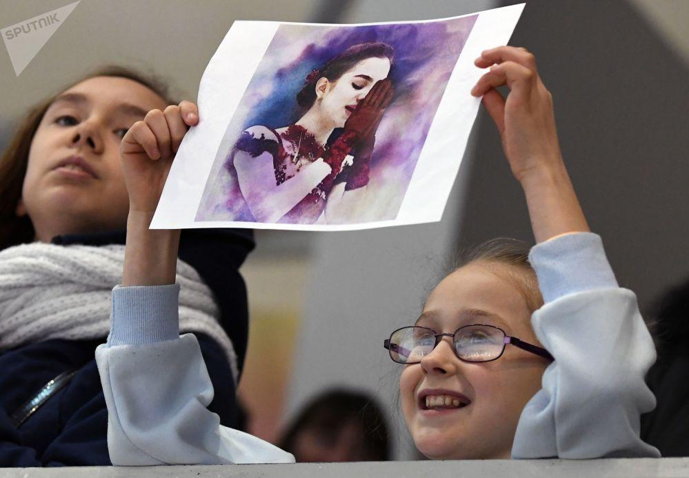Девочка держит рисунок с изображением Медведевой